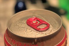 Aluminiowy czerwonej kropli banka zakończenie zdjęcie stock