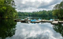 Aluminium bas- fiskebåt och pedalos Royaltyfria Bilder