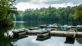 Aluminium bas- fiskebåt och pedalos Arkivfoton