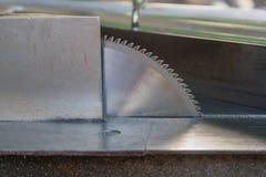 Aluminium bitande blad på tabellen royaltyfria foton