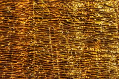 Aluminium brillant d'or de fond d'image de texture abstraite de structure avec des bosselures et des rides photo libre de droits