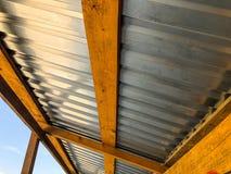 Aluminium dach, drewniana budowa w przejściu o budowie na ulicie dla pedestrians zdjęcia royalty free