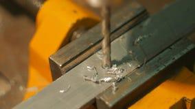 Aluminium dat dicht omhoog boort stock footage