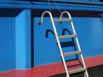 Aluminium fartygstege som hänger på ett blått skepp Royaltyfria Foton