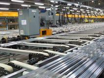 Aluminium fodrar på en transportband Arkivfoto