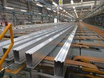 Aluminium fodrar på en transportband Royaltyfri Foto