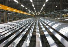 Aluminium fodrar på en transportband Royaltyfria Bilder