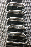 Aluminium gestapelde stoelen Stock Afbeeldingen
