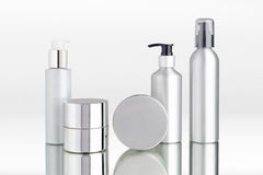 Aluminium kosmetiska utmatareflaskor och kassetter Royaltyfri Bild