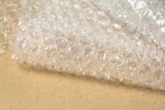 Aluminium protecteur de bulle sur le carton Images stock