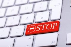 Aluminium tangentbord med det STOPPord och tecknet Arkivfoto