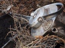 Aluminium vuile grote ketel die rond onder het droge kreupelhout liggen Royalty-vrije Stock Fotografie