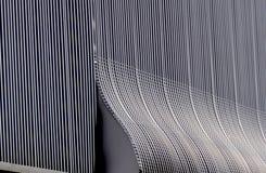 Aluminiumarchitekturwandgestaltungsmuster mit Licht und Schatten Stockfotografie