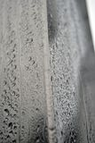 Aluminiumbar behandelde whit regendruppels Stock Foto's