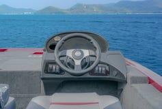 Aluminiumboot op het overzees stock afbeelding
