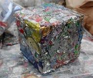 Aluminiumburkar som är klara för återanvändning Arkivfoton