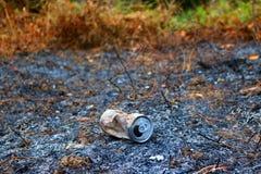 Aluminiumburkar som bränns av branden Arkivbild