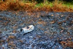 Aluminiumburkar som bränns av branden Arkivfoto