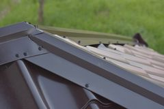 Aluminiumdachspitzen-Metallfliesen Stockfoto