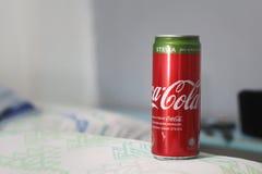 Aluminiumdosengetränk von COCA-COLA mit Stevia stockbild