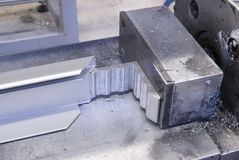 Aluminiumeckpresse Stockbild