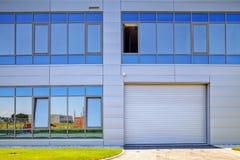Aluminiumfassade auf Industriegebäude stockfoto