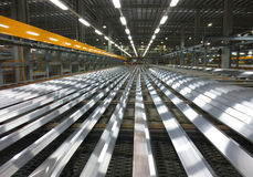 Aluminiumlinien auf einem Förderband Lizenzfreie Stockbilder