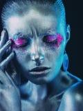 Aluminiummeisje met hand dichtbij het gezicht Stock Foto