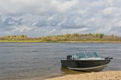 Aluminiummotorboot machte im sandigen Ufer Rapidfluß fest Lizenzfreies Stockbild