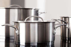 Aluminiumpotten op de keukenbovenkant Stock Foto's