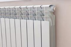 Aluminiumradiator in huis Stock Fotografie