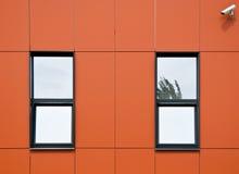 aluminum facadeorangepaneler Arkivbilder