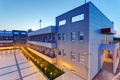 Aluminum fasad på bostads- byggnad på natten Arkivfoton