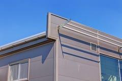 Aluminum fasad på industribyggnad Arkivfoto