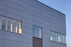 Aluminum fasad på industribyggnad Royaltyfri Fotografi