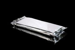 Aluminum påse för folie som stängs som isoleras på svart Royaltyfria Bilder