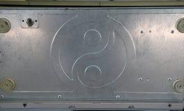 Aluminum plattamodell av yin yang Det är delen av datorfallet arkivbild