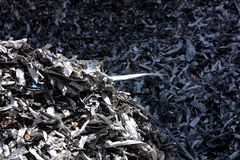 Aluminum rest i en gjuteri royaltyfri fotografi