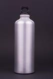Aluminum vattenflaska på mörk bakgrund Royaltyfri Bild
