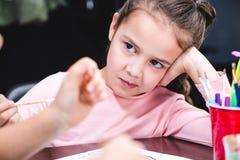 Alumno aburrido que se sienta en la tabla Imagen de archivo