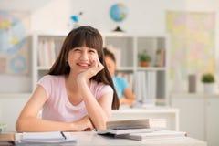 Alumno adolescente feliz en sala de clase Fotografía de archivo