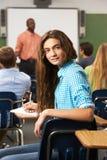 Alumno adolescente femenino en sala de clase Fotos de archivo