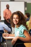 Alumno adolescente femenino en sala de clase Fotografía de archivo libre de regalías