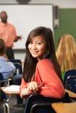 Alumno adolescente femenino en sala de clase Fotografía de archivo