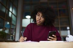Alumno adolescente joven que prepara el informe para la prueba próxima Fotografía de archivo