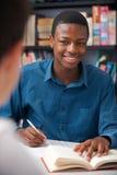Alumno adolescente masculino que trabaja en sala de clase Fotos de archivo libres de regalías