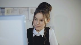 Alumno bastante femenino que trabaja entusiasta con PC 4K metrajes