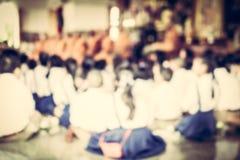 Alumno borroso en el templo budista Imagenes de archivo