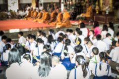 Alumno borroso en el templo budista Foto de archivo