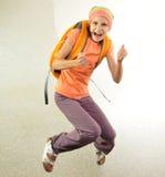 Alumno con el salto de la mochila Fotos de archivo libres de regalías